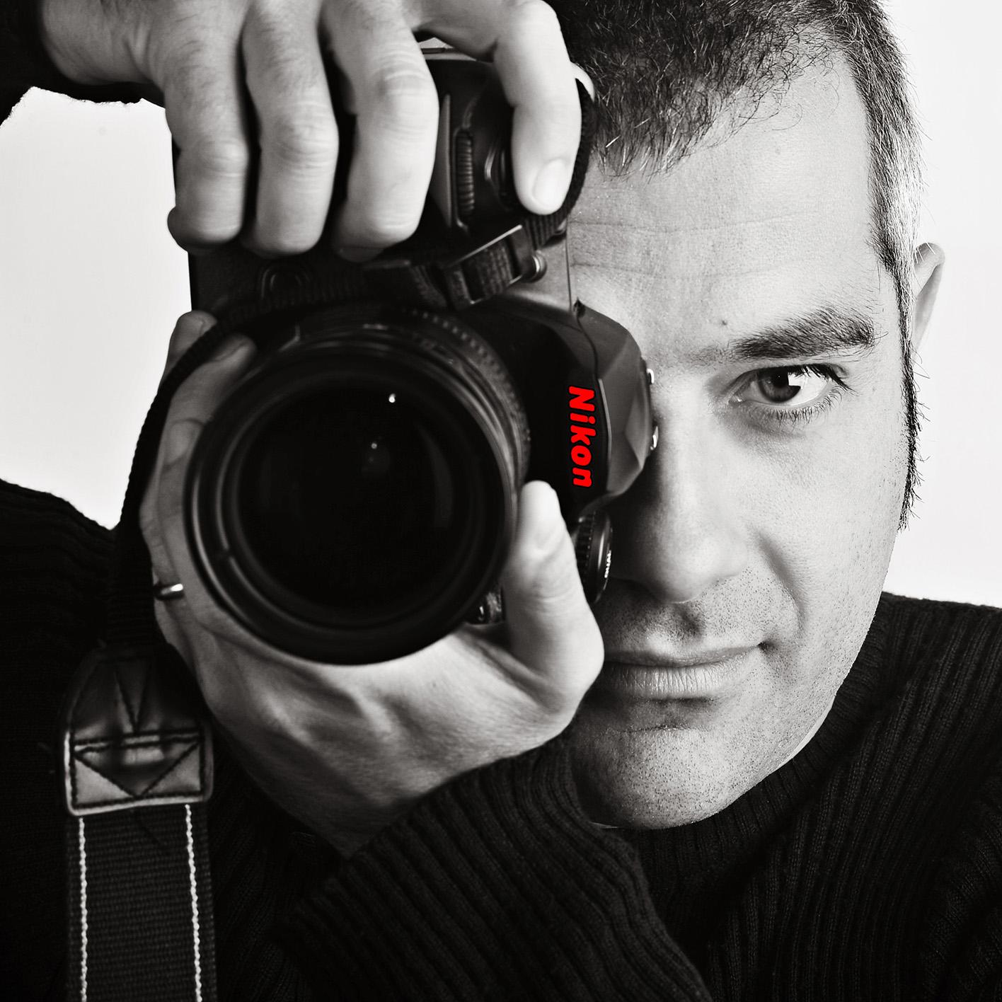 Primo piano con macchina Nikon di Pier Carlo Murru, fotografo di Cagliari.